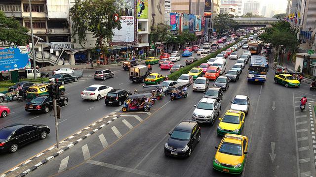 バンコク渋滞解消に都知事が提言、台数削減、駐車料金を引上など