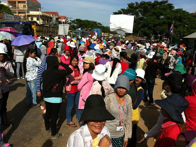 カンボジアの最低賃金は高すぎる? 製造業の移転を警告