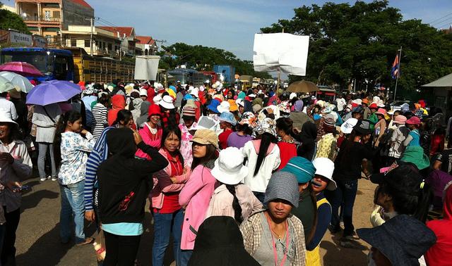 カンボジアの2つの縫製工場で労働条件をめぐる抗議活動が発生