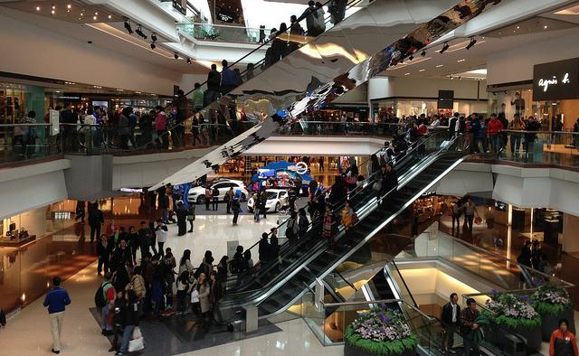 香港小売業界3%減と予測、消費促進のための宣伝や値引き強化へ