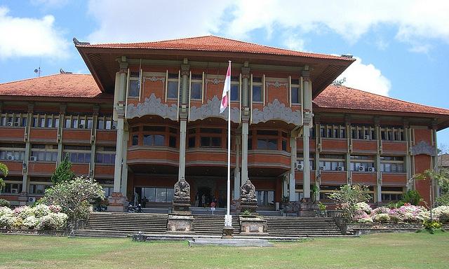 インドネシア全国の大学で、バイリンガル教育導入