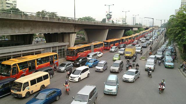 インドネシア・ジャカルタ、トイレ設置バスの導入増やす