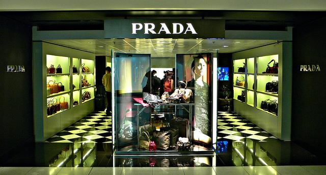 香港のプラダやグッチが急なセール、小売後退の影響か
