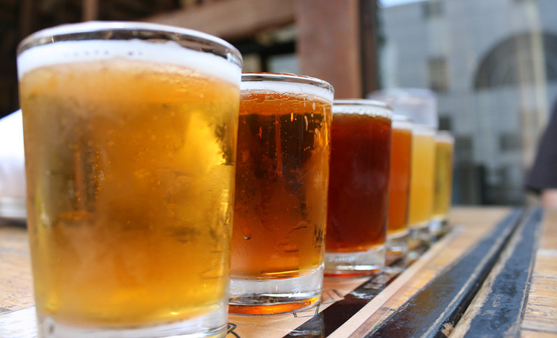 インドネシア、アルコール禁止法が経済成長の足かせ懸念