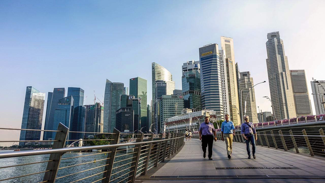 シンガポールで歩きスマホ対策で道路に「信号」