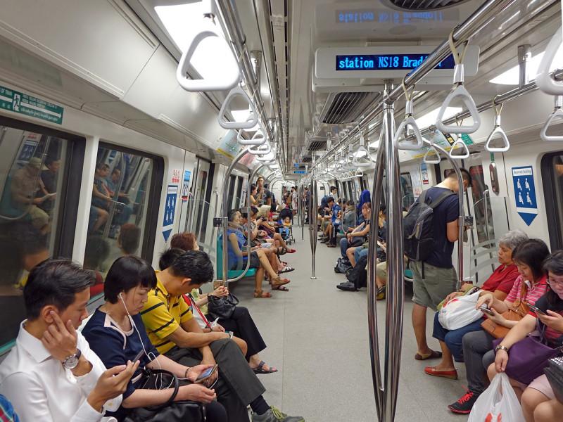 シンガポール、年末に向け警察、MRT駅やバスインターチェンジでの巡視強化