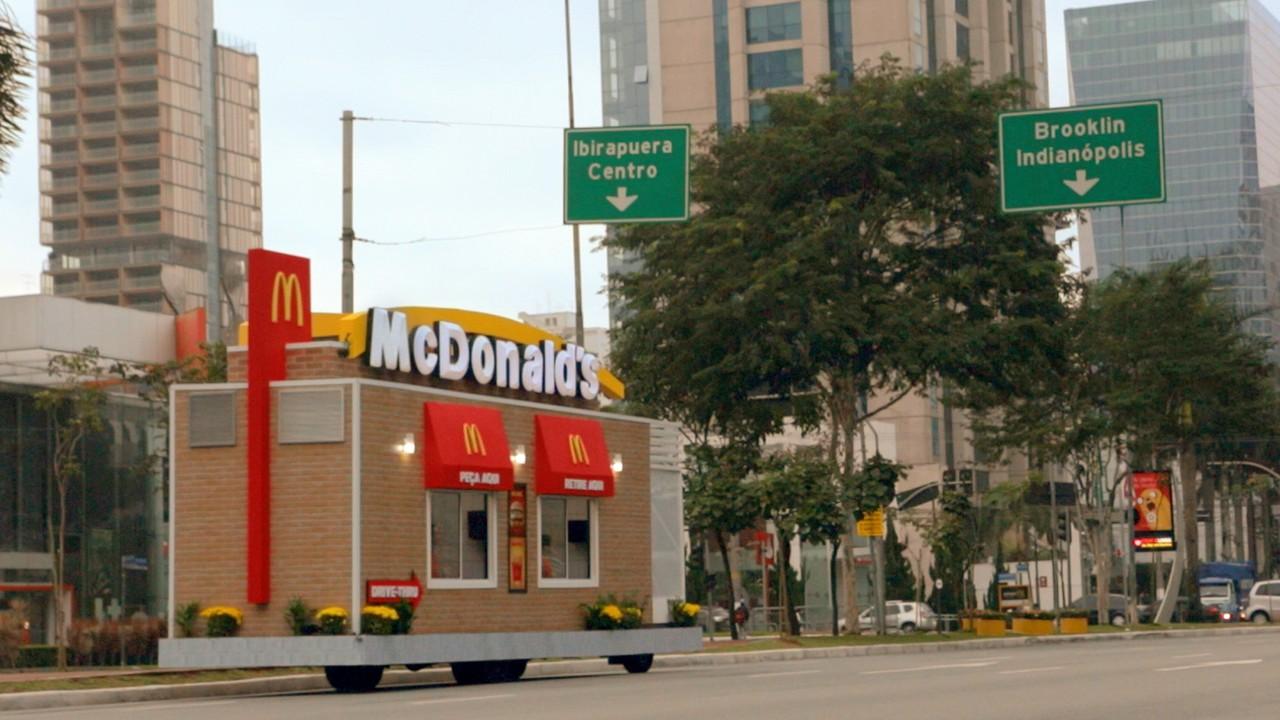 ブラジルの路上にマクドナルドの移動「ドライブスルー」が出現!?