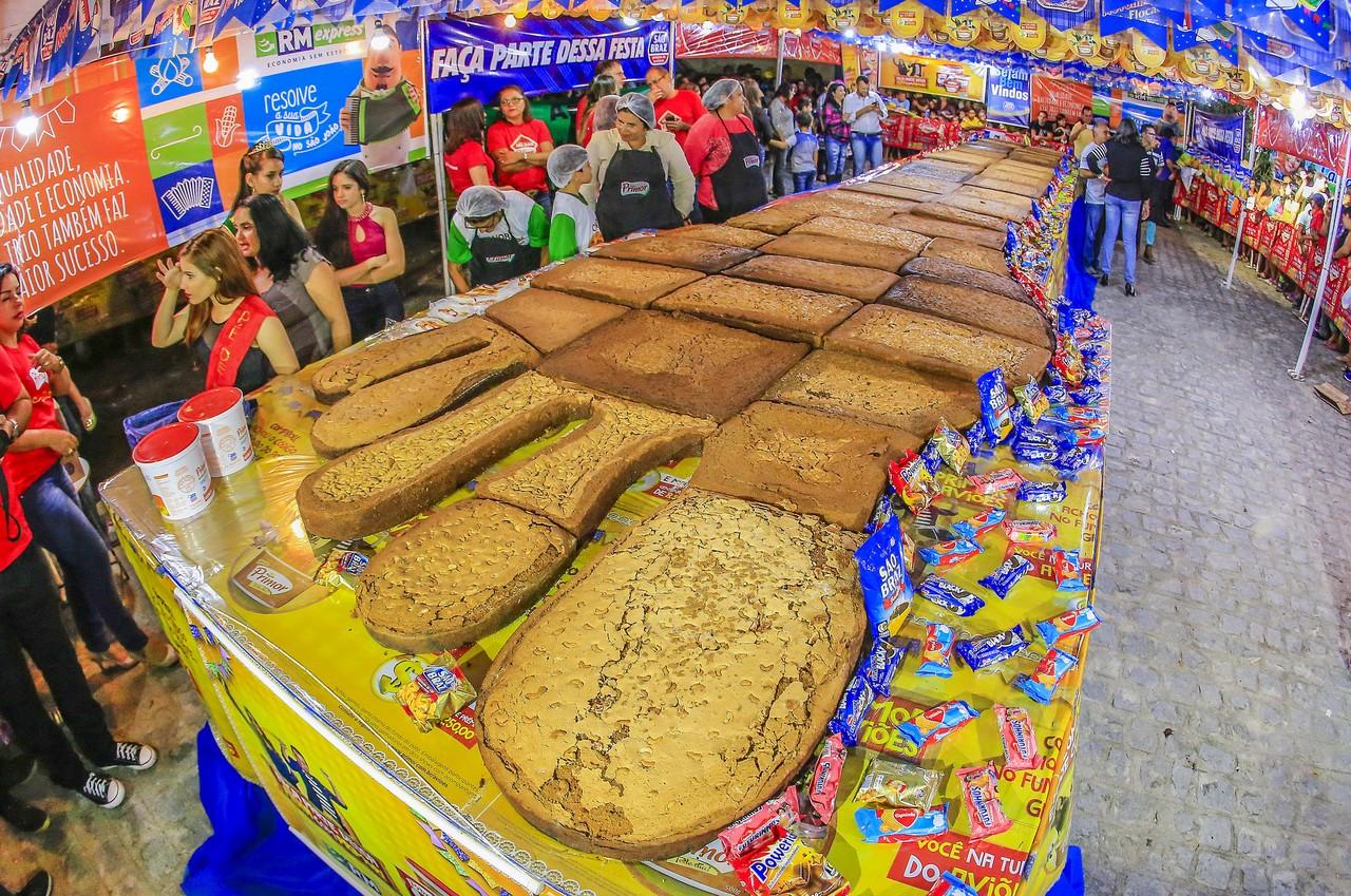 """ブラジルの「6月祭り」名物、世界最大の""""足型のお菓子""""とは"""