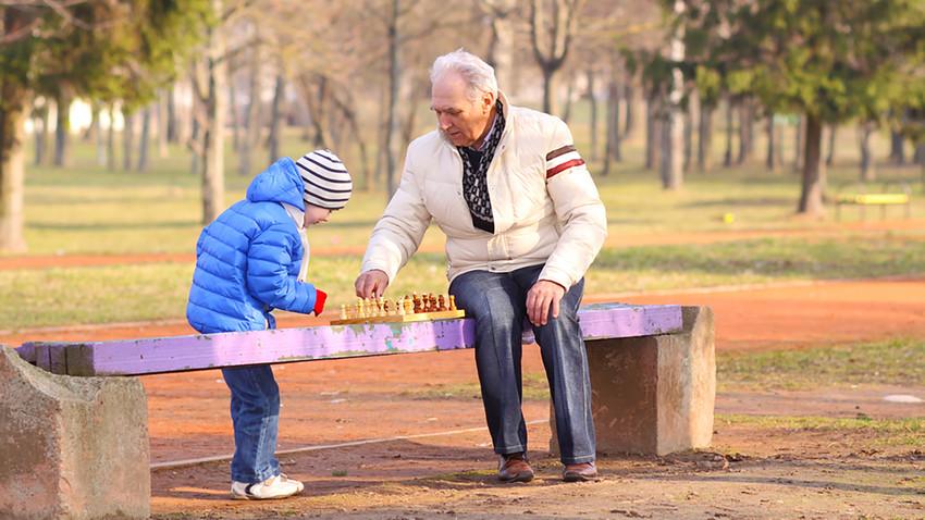 【ロシア発】老人に子どもを預ける新規事業とは?