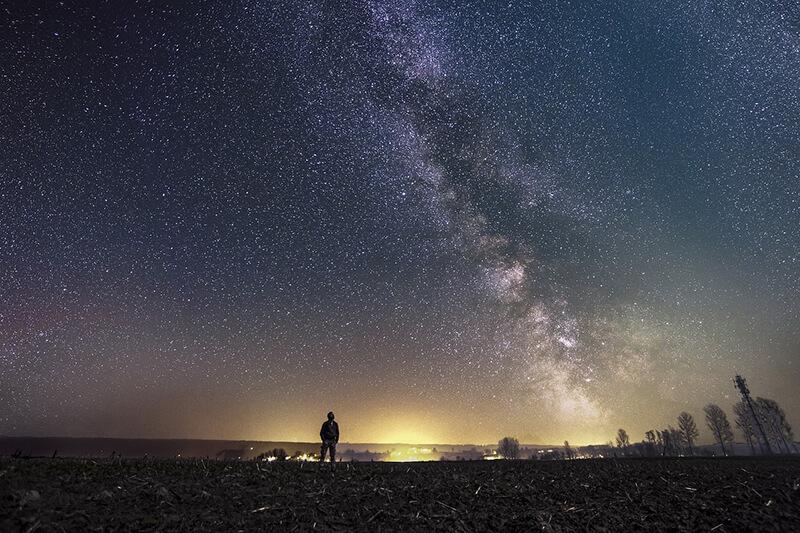 オーストラリア大陸中央部の夜空に光の矢が走る