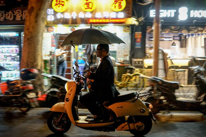 中国財新サービス業PMI 21カ月ぶり低水準、当局発表と対照的