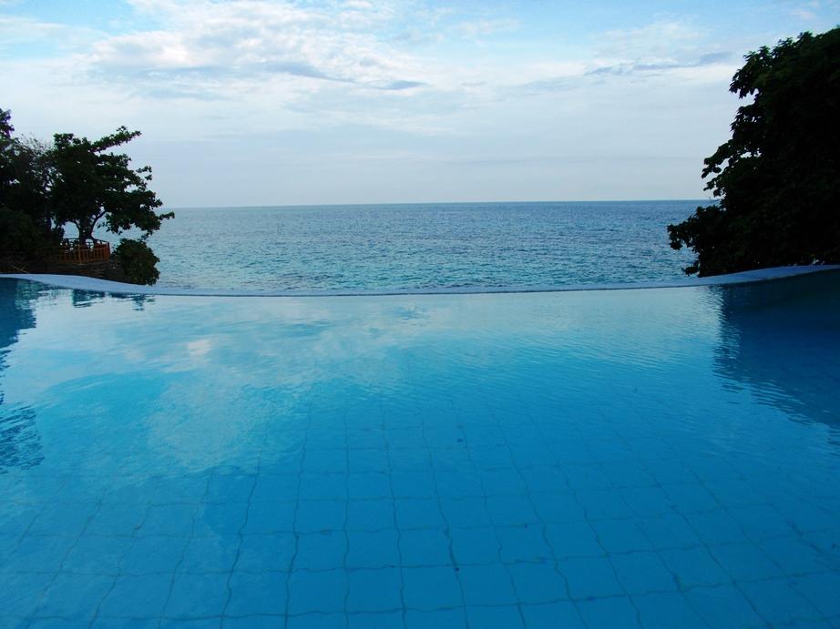 フィリピンを代表するリゾート「ボラカイ島」の閉鎖問題 世論は賛成が多数を占める