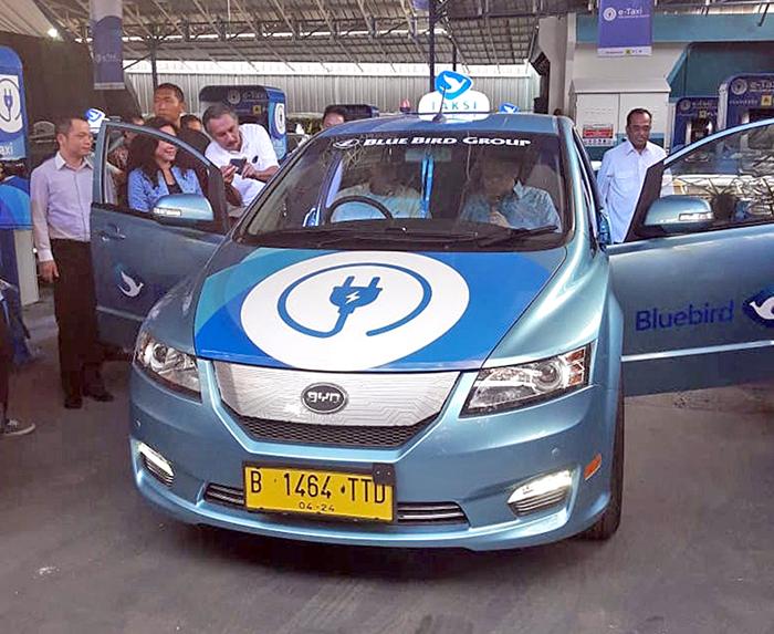 ジャカルタ:EVタクシー始動 ブルーバード 25年までに2000台