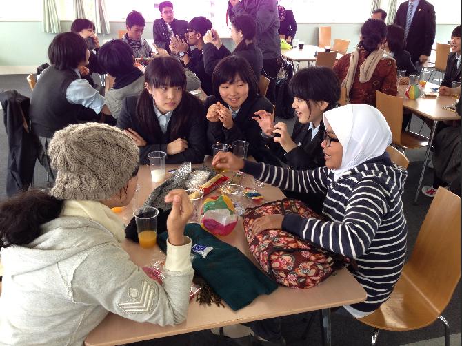 インドネシア:村のビジネス自立を支援 広島経済大の学生 サリナで工芸品販売
