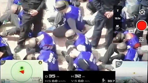 中国:後ろ手に手錠、目隠しの男性たち 移送されるウイグル族の動画が公開