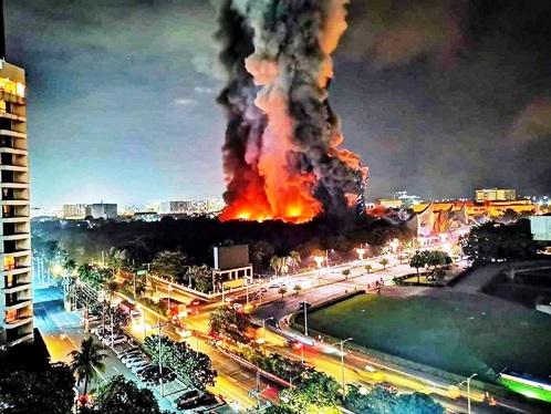 フィリピン首都圏屈指の遊園地施設 80%以上が燃える