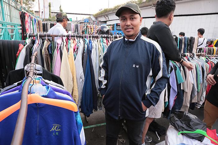 インドネシア:日本の学校ジャージー並ぶ スネン市場前の道路 渋滞で移転も