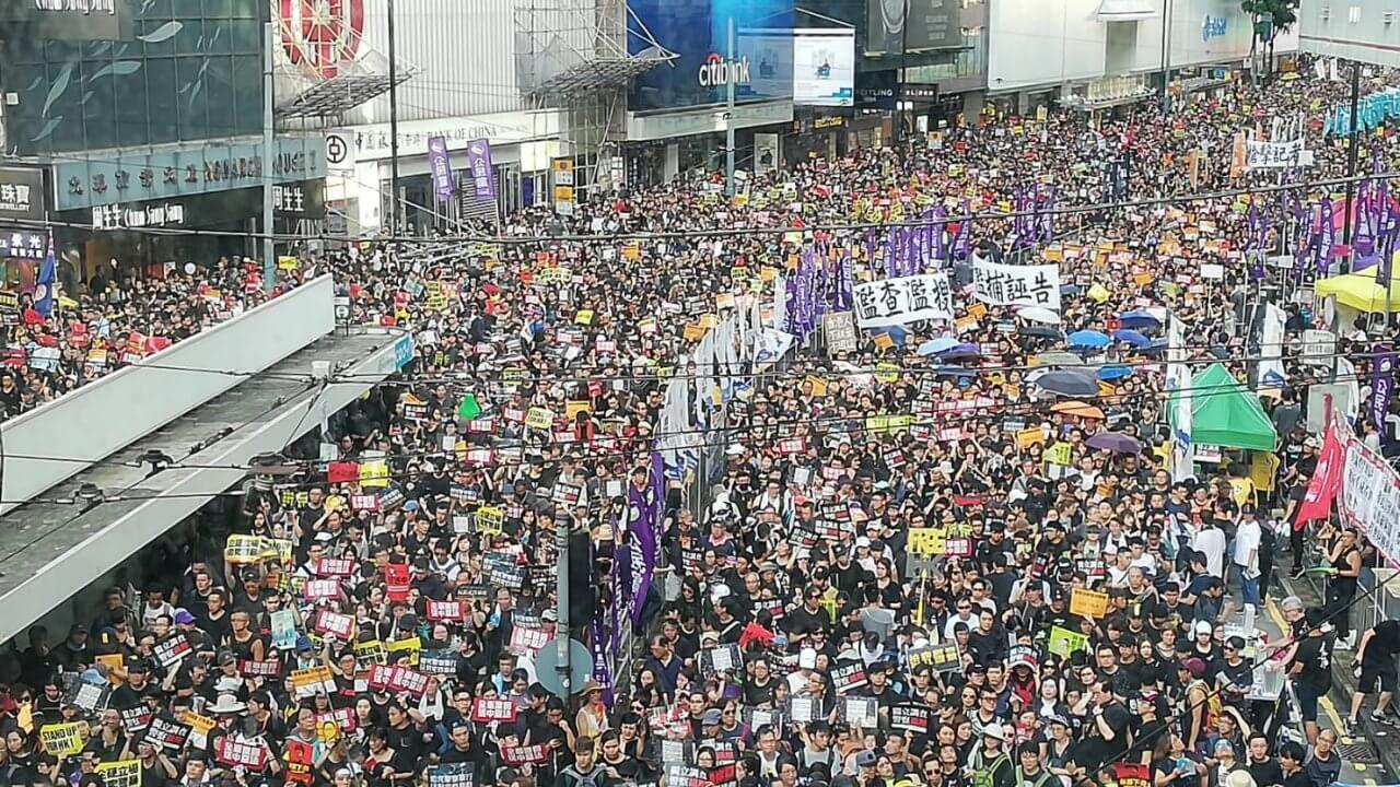 香港:湾仔で釘入りリモコン爆弾を発見