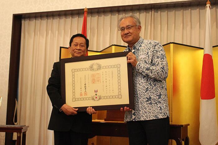 インドネシア:「日本人は熱心に働く」 プルサダ第一副会長に勲章授与
