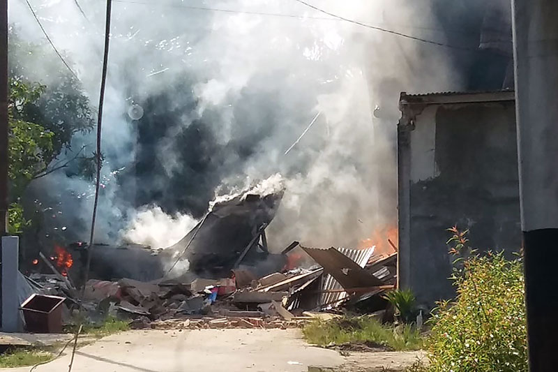 インドネシア:民家に戦闘機墜落 リアウ州カンパル県