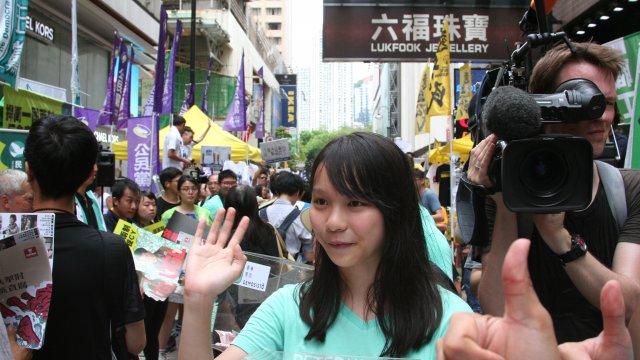 香港:周庭氏が罪認める、黄之鋒氏は否認