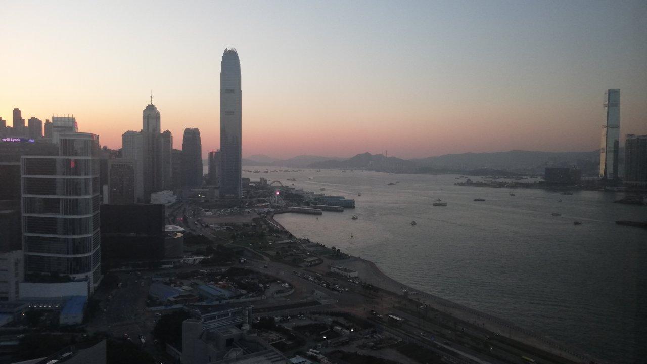 香港:民主党調査、52%が失業半年