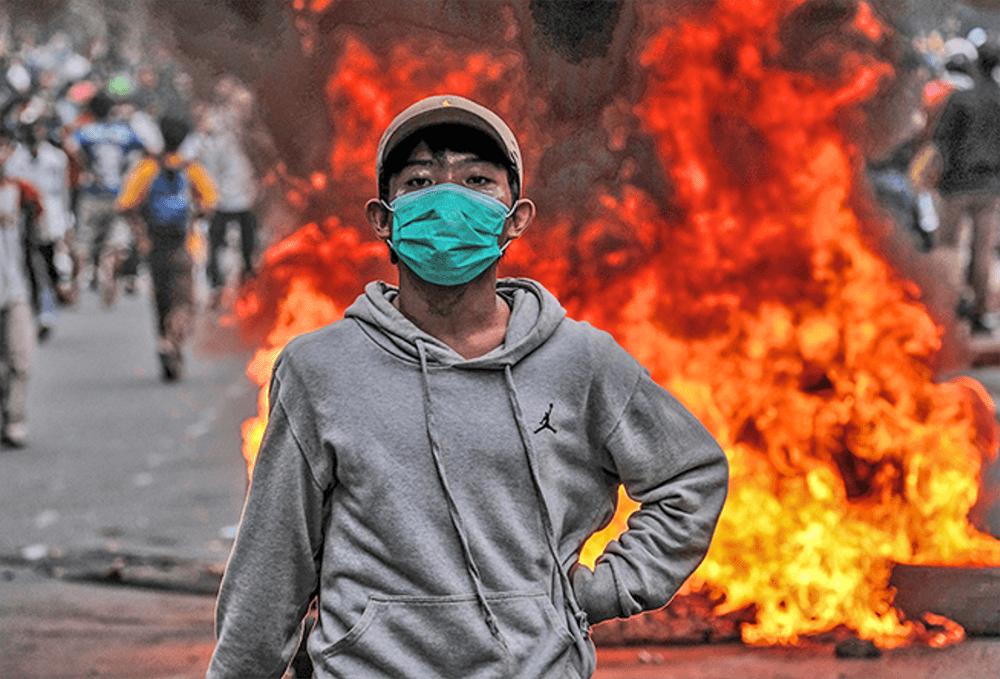 インドネシア:「こんなはずじゃなかった」 ハルモニ交差点  平和的な学生デモが一転