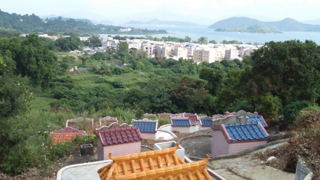 香港:重陽節の墓参り、少人数に分かれて墓参