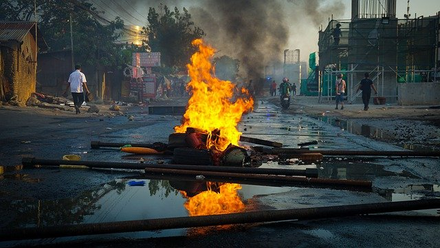 インドネシア:各地で反オムニバス法デモ 大統領2期就任1年で 学生や労働者など