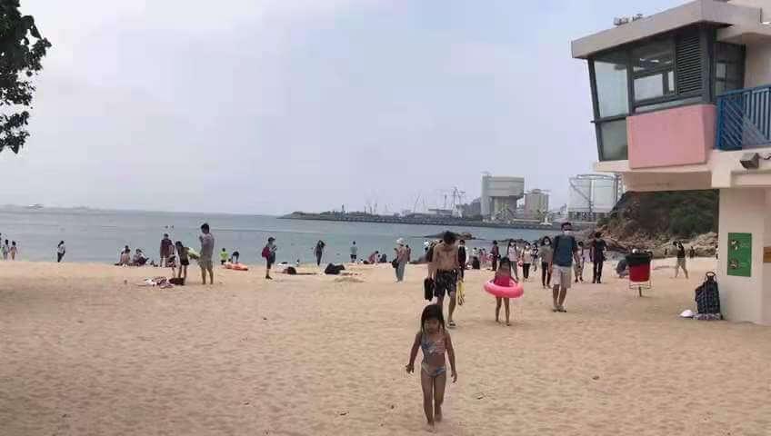 香港:ビーチ解禁の初日は市民が殺到